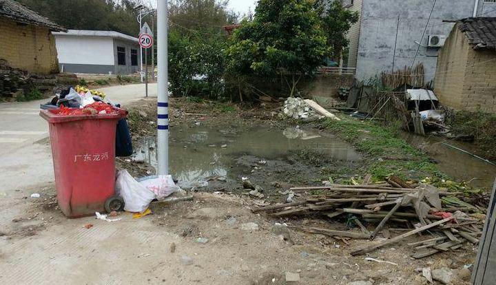 垃圾未及时清运、污水横流.jpg